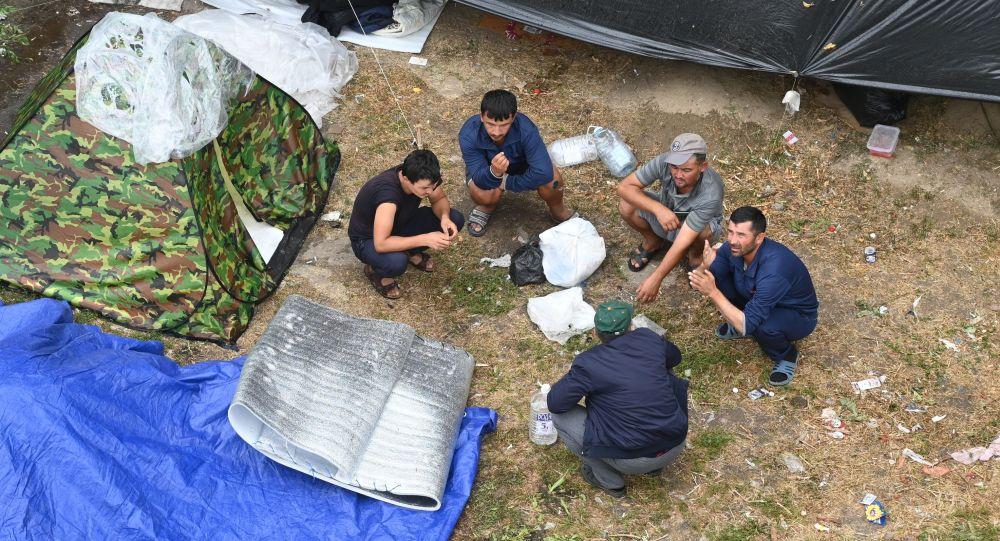 Мигранты в России в палаточном лагере. Архивное фото
