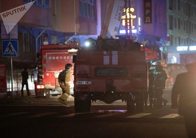 Пожарный расчет на месте пожара в строящемся многоэтажном доме в микрорайоне Джал