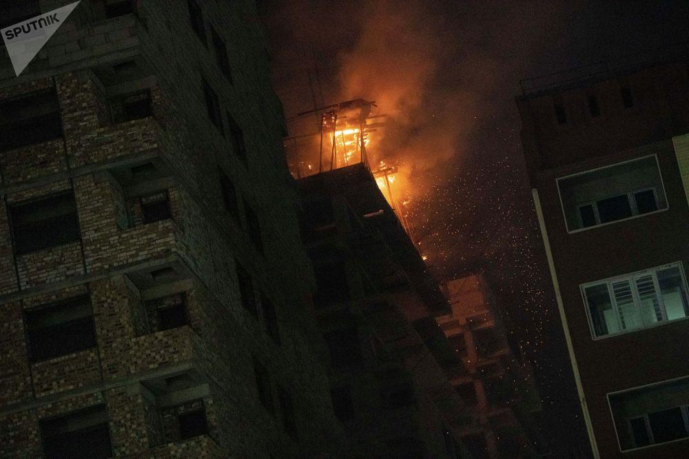 В какой-то момент с высоты обрушилась горящая опалубка