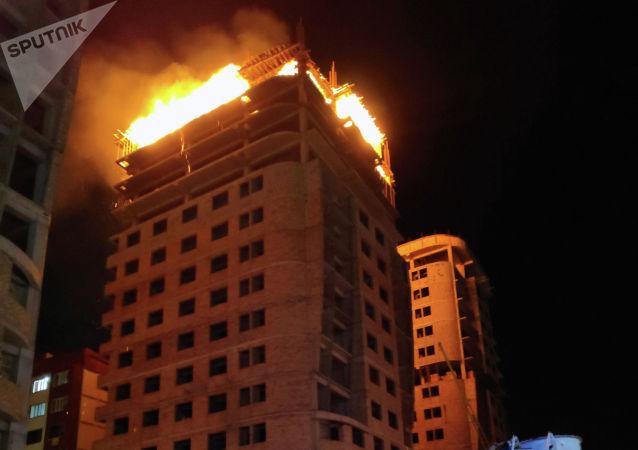 Сотрудники МЧС на месте пожара в строящемся многоэтажном доме по улице Тыналиева в Бишкеке