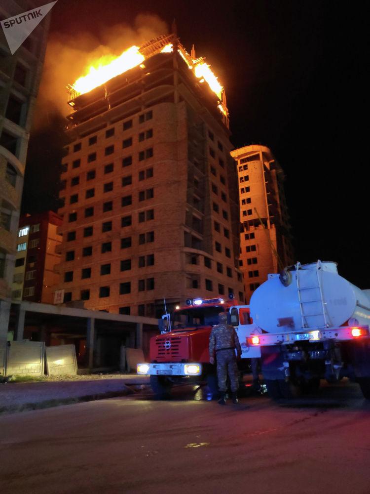 Загорелись верхние этажи строящегося здания