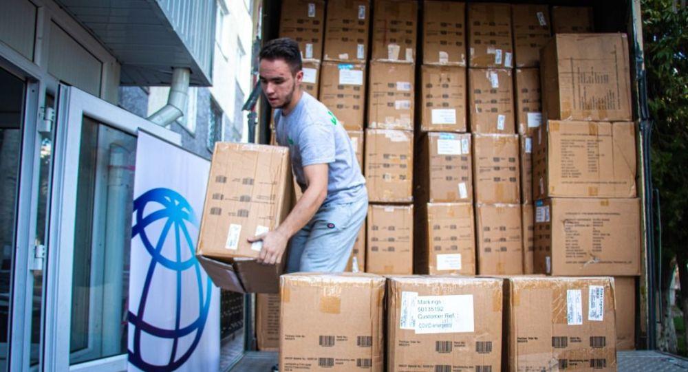 В Кыргызстан поступили 75 тысяч защитных масок и 56 тысяч медицинских комбинезонов.