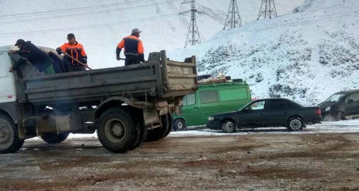 Сотрудники ДЭУ №9, 23 минтрансдора КР вышли на очистку и подсыпку автодороги Бишкек-Ош после снегопада. 17 сентября 2020