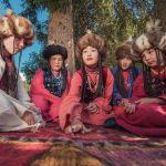 Тебетей кийген сулуулар кыргыздын топ таш оюнун ойноп отурушат.