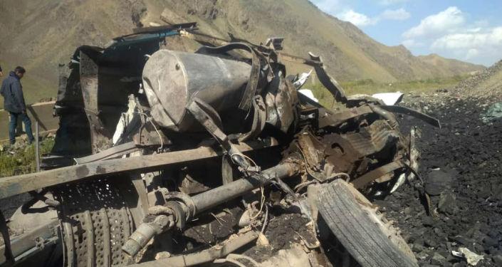 На перевале Долон в Нарынской области перевернулся грузовик марки Volvo