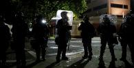 Полицейские стоят на страже во время акции протеста против расовой дискриминации в США
