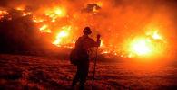 Пожарный работает на месте лесного пожара возле парка Монровия-Каньон в Монровии, штат Калифорния, 15 сентября 2020 года