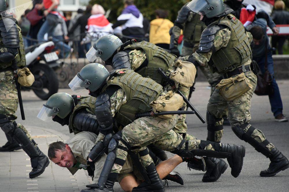 Сотрудники правоохранительных органов задерживают участника воскресной несанкционированной акции протеста в Минске. Массовые акции протеста в Белоруссии начались 9 августа после завершения голосования на выборах президента.