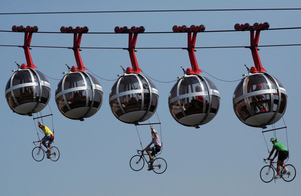 Велосипедисты на канатной дороге Гренобль — Бастилия во время велогонки Тур де Франс. 16 сентября 2020 года