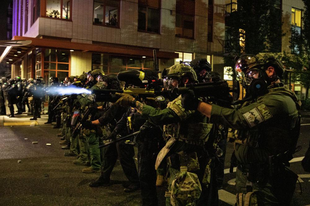 Сотрудники полиции отгоняют протестующих сторонников движения Black Lives Matter в американском городе Портленд. 18 сентября 2020 года,