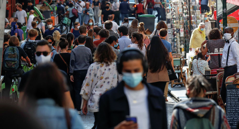Париждин көчөлөрүнүн биринде бараткан адамдар. Архивдик сүрөт