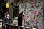 Гонконгдун көчөлөрүнүн биринде бараткан беткапчан адамдар. Архивдик сүрөт