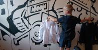 Мальчик примеряет школьную форму. Архивное фото