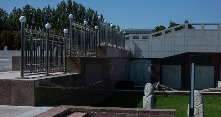 Ограждение установленное у Исторического музея в Бишкеке