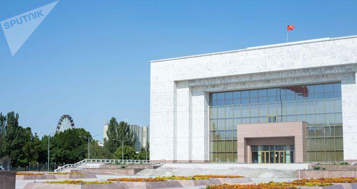 Вид на фасад Государственного исторического музея в Бишкеке