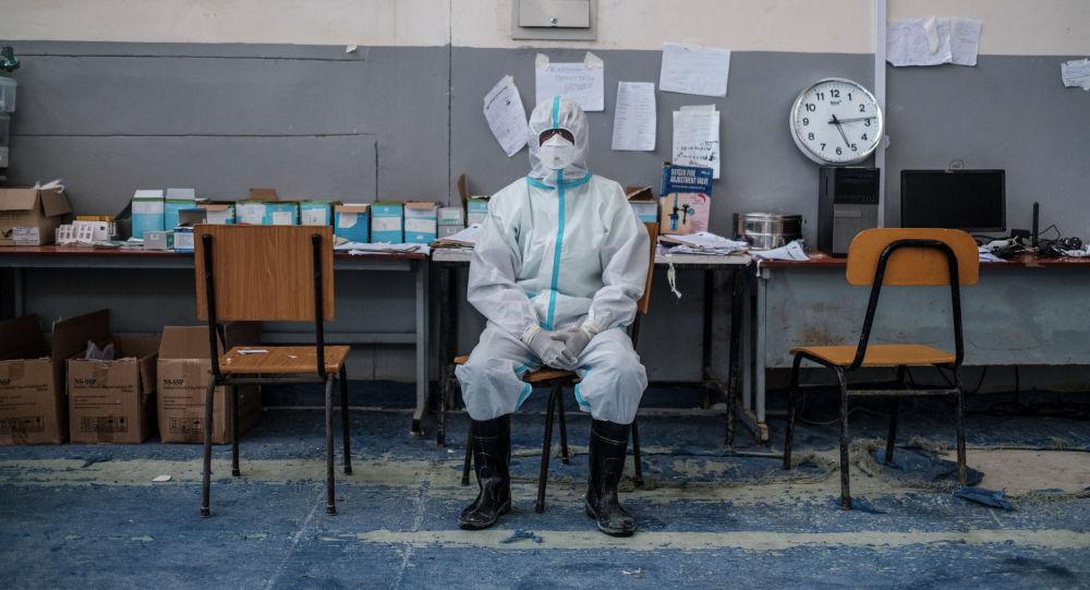Медицинский работник во время работы