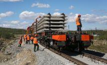 Рабочие на строительстве ветки железной дороги. Архивное фото