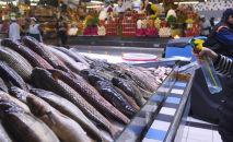 Продажа рыбы на рынке. Архивное фото