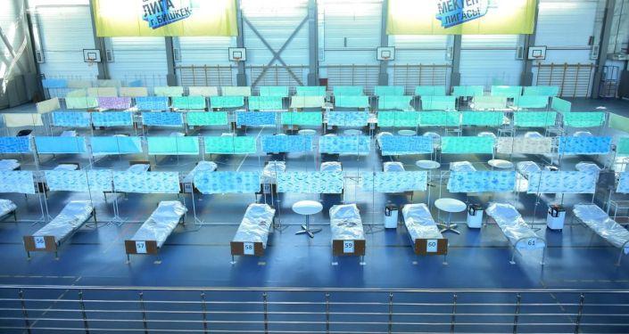 Койки для пациентов в дневном стационаре на базе физкультурно-оздоровительного комплекса Газпром в жилмассиве Арча-Бешик в Бишкеке