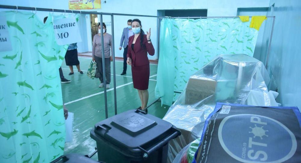 Вице-мэр Бишкека Виктория Мозгачева во время осмотра дневного стационара. Архивное фото