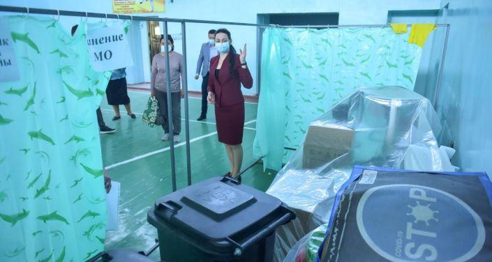 Вице-мэр Бишкека Виктория Мозгачева во время осмотра дневного стационара на базе физкультурно-оздоровительного комплекса Газпром в жилмассиве Арча-Бешик