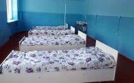 Койки в старом общежитии Сузакского районного лицея, который превратили в палату инфекционной больницы