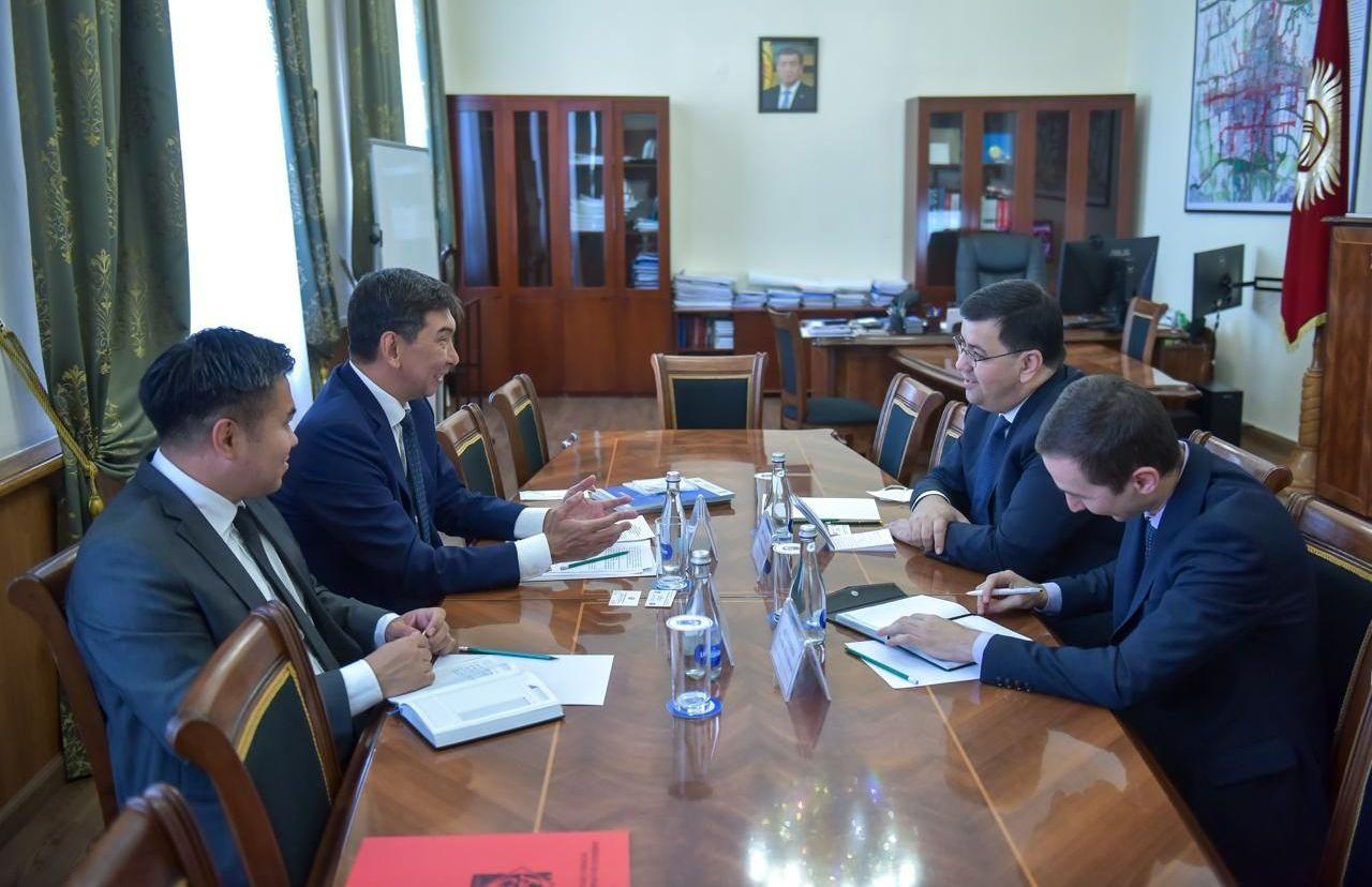 Встреча мэра города Бишкек Азиза Суракматова с Чрезвычайным и Полномочным послом Республики Узбекистан в Кыргызстане Хуршидом Мирзахидовым.