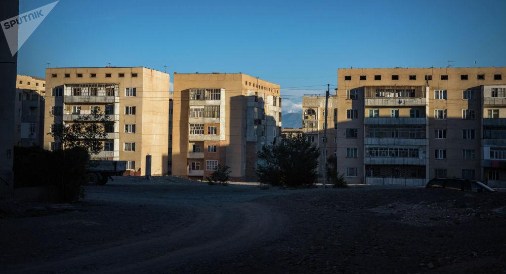 Вид на пятиэтажные дома в городе Балыкчи. Архивное фото