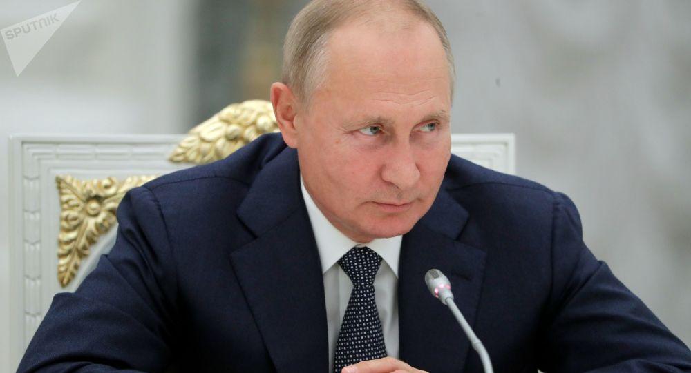 Президент РФ Владимир Путин во время встречи с работниками атомной отрасли