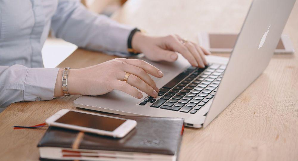 Женщина за работой на ноутбуке. Архивное фото