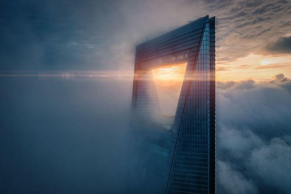 Так выглядит в 4:30 второе по высоте здание в Шанхае. Снимок Восход на высоте Рекса Зу (Rex Zou) стал одним из лучших в категории Города.