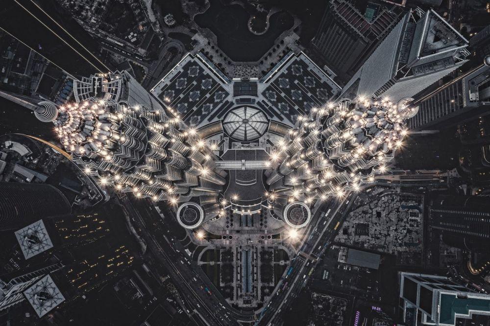 Инопланетное строение на Земле — так назвал свой снимок Томаш Ковальски (Tomasz Kowalski). Фотография башен-близнецов Петронас в Куала-Лумпуре стала лучшей в номинации Города.