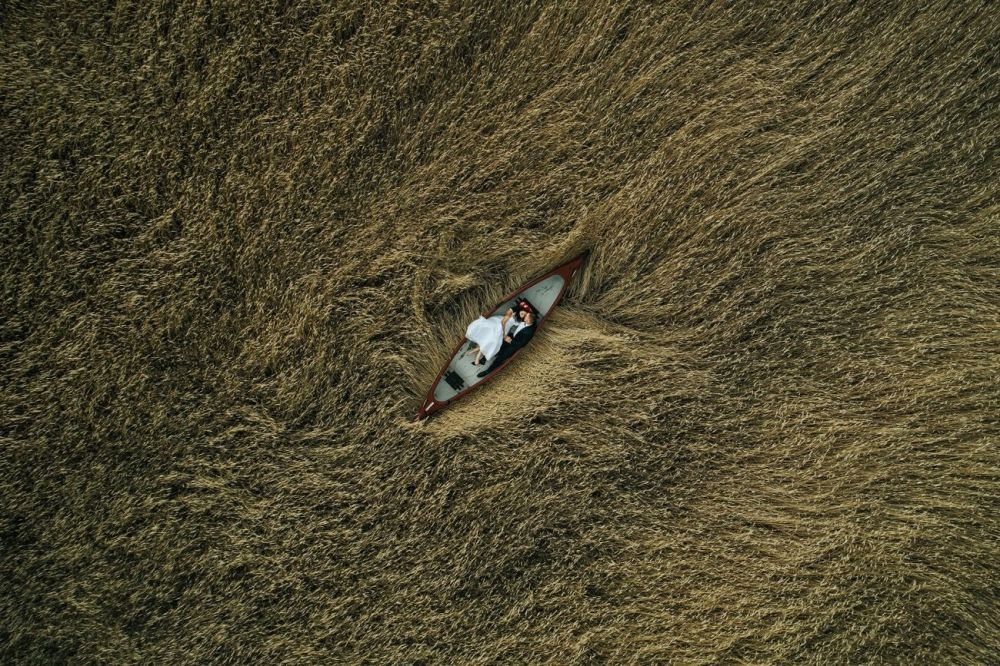 Этот кадр Кшиштоф Кравчик (Krzysztof Krawczyk) сделал во время сильного ветра. Работа Влюбленные на поле заняла второе место в категории Свадьба.