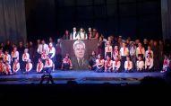 Спектакль по мотивам повести Чингиза Айтматова Плаха на русском и кыргызском языках был поставлен в Московском молодежном театре Яблоко,