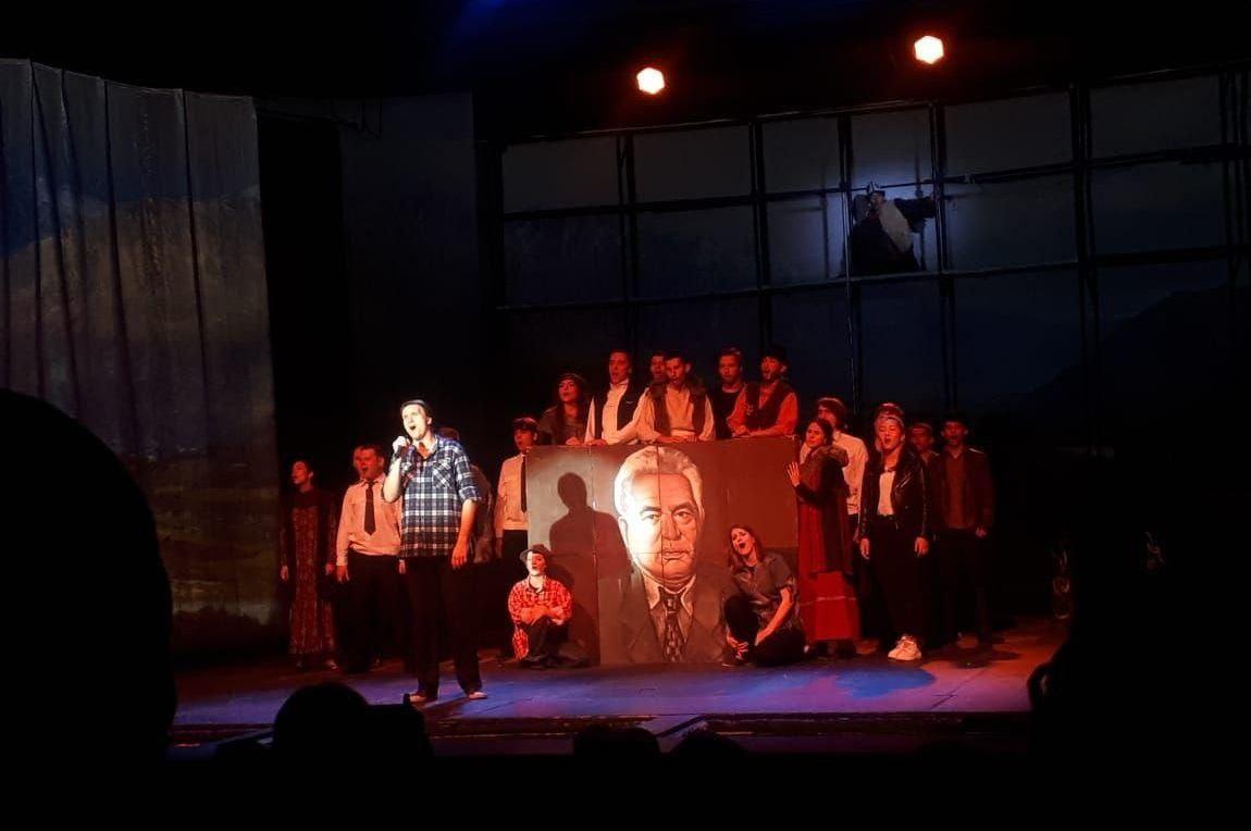 Спектакль по мотивам повести Чингиза Айтматова Плаха на русском и кыргызском языках был поставлен в Московском молодежном театре Яблоко.
