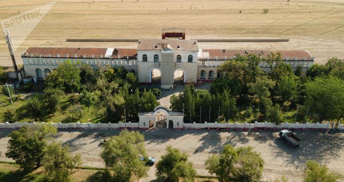 Вид на ипподром Ак-Кула в Бишкеке, где проводились конноспортивные игры