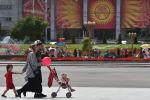 Семья гуляет на площади Ала-Тоо в Бишкеке в день празднования годовщины независимости КР. Архивное фото