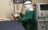 Медицинский персонал дезинфицирует кровать после выписки пациента с COVID-19. Архивное фото