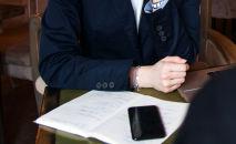 Женщина в деловом костюме. Иллюстративное фото