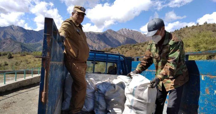 Сотрудники Государственного агентства охраны окружающей среды и лесного хозяйства (ГАООСиЛХ) провели экологическую акцию — очистили озеро Иссык-Куль от мусора