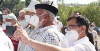 Люди в медицинских масках во время празднования дня независимости в Оше