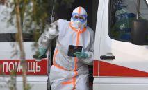 Медицинский работник выходит из скорой. Архивное фото