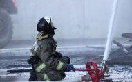 Сотрудник пожарной службы МЧС во время тушения возгорания. Архивное фото
