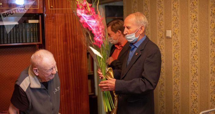 Поздравить ветерана ВОВ Ивана Голикова с 100-летним днем рождения пришли Советник посольства России в КР Андрей Сургаев и Президент Русского культурного центра Гармония Александр Степанюк.