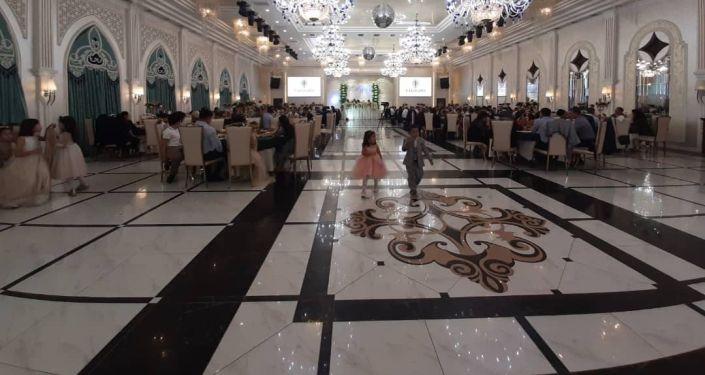 Один ресторанов Бишкека, который нарушил санитарные правила, проводив массовые мероприятия