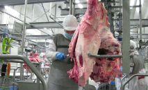 Рабочие в цехе по убою и первичной переработке крупного рогатого скота. Архивное фото