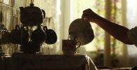 Женщина наливает чай. Архивное фото