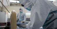 Медицинский работник регистрирует информацию о пациенте
