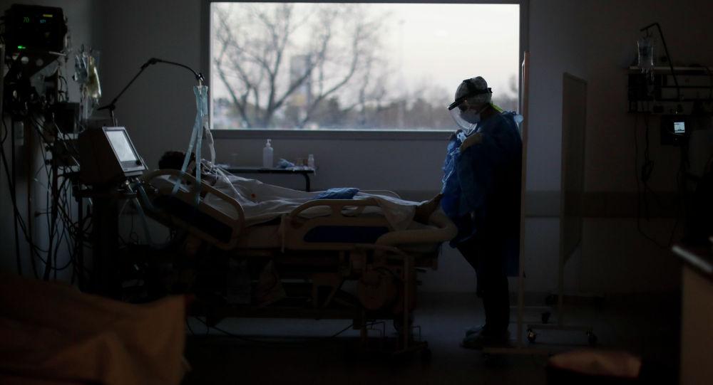 Медицинский работник ухаживает за пациентом с COVID-19. Архивное фото