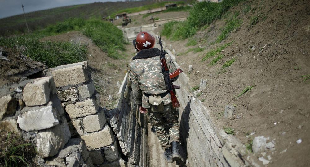 Военнослужащие этнических армян идут в траншею на свои позиции у границы Нагорного Карабаха. Архивное фото